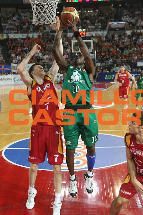 DESCRIZIONE : Roma Lega A1 2007-08 Playoff Finale Gara 4 Lottomatica Virtus Roma Montepaschi Siena <br /> GIOCATORE : Romain Sato<br /> SQUADRA : Montepaschi Siena<br /> EVENTO : Campionato Lega A1 2007-2008 <br /> GARA : Lottomatica Virtus Roma Montepaschi Siena<br /> DATA : 10/06/2008 <br /> CATEGORIA : tiro<br /> SPORT : Pallacanestro <br /> AUTORE : Agenzia Ciamillo-Castoria/M.Marchi