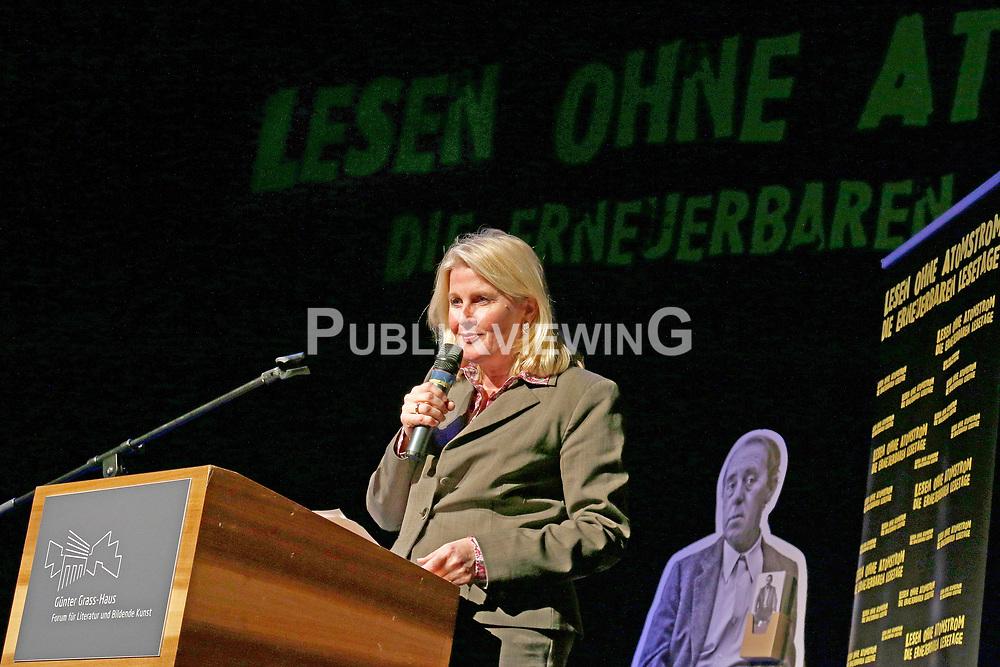 Barbara Auer ber&uuml;hrte mit ihrer Darbietung von Swetlana Alexijewitschs Buch &quot;Chronik der Zukunft&quot; im Theater L&uuml;beck nachhaltig. Die Literaturnobelpreistr&auml;gerin motivierte im Gespr&auml;ch mit ZEIT-Reporter Christof Siemes zum Dagegenhalten: &quot;Wir werden nicht verzeifeln &ndash; auch nicht wegen Trump, Putin und der AfD - oder wie sowas bei Ihnen hei&szlig;t.&ldquo; Im Bild: Kultursenatorin Kathrin Weiher<br /> <br /> Ort: L&uuml;beck<br /> Copyright: Karin Behr<br /> Quelle: PubliXviewinG
