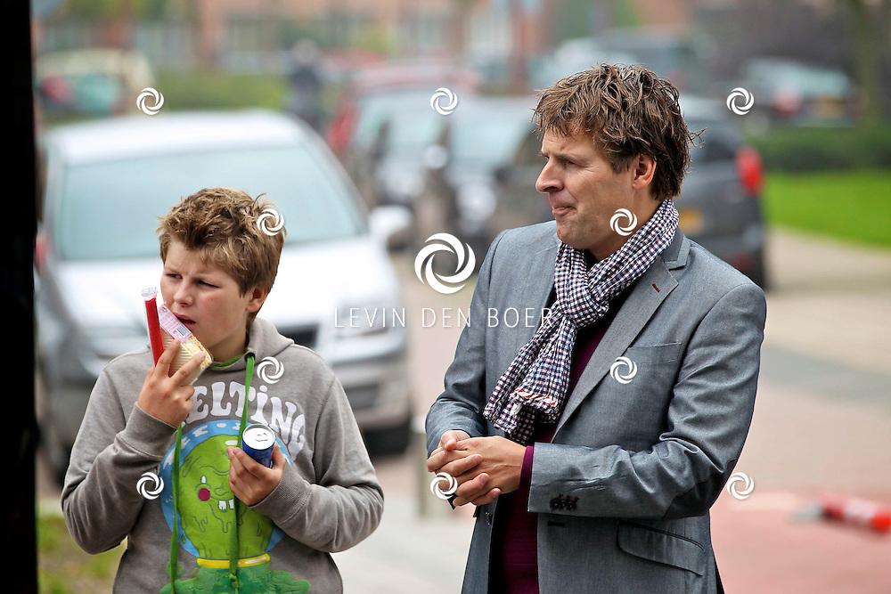NIEUWEGEIN - Op maandag 17 oktober presenteren de samenwerkende supermarkten EMTE, Coop, Hoogvliet, Deen, Poiesz, Boni, JanLinders, Spar, DekaMarkt en Golff en A‐merk fabrikanten Douwe Egberts, Unilever, Verkade, Heinz, Kimberly-Clark, Friesland Campina, Nutricia en Leaf een primeur met de lancering van de Anubis Reality Cards Spaaractie.  Met op de foto Toine van Peperstraten en zijn zoon Diederick. FOTO LEVIN DEN BOER - PERSFOTO.NU