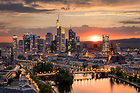 Atemberaubender Blick auf die höchsten Wolkenkratzer bei Sonnenuntergang. Die Skyline insgesamt und einzelne Hochhäuser sind Wahrzeichen Frankfurts.