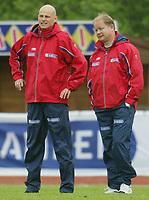 Fotball. Privatlandskamp U21. Sandefjord. 20.05.2002.<br /> Norge v Nederland 1-1.<br /> Per-Mathias Høgmo. Trener Norge (th).<br /> Ståle Solbakken, assistenttrener Norge.<br /> Foto: Morten Olsen, Digitalsport