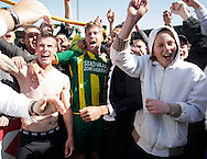 18-05-2008 Voetbal:ADO DEN HAAG:RKC Waalwijk:Waalwijk<br /> ADO Den Haag promoveert naar de eredivisie. Verscholen tussen de ADO supporters staan Richard Knopper, Rick Hoogendorp en in pak de geblesseerde Raymond Victoria<br /> Foto: Geert van Erven