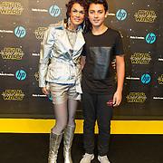 NLD/Amsterdam/20151215 - première van STAR WARS: The Force Awakens!, Chimene van Oosterhout met haar zoon Liam