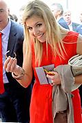 Prinses Maxima ontvangt tijdens haar bezoek aan de Universiteit van Amsterdam het onderzoek naar basisonderwijs en ondernemen. ///// Princess Maxima received during her visit to the University of Amsterdam research on education and entrepreneurship.<br /> <br /> Op de foto / On the photo: <br />  Kinderen vertellen Prinses M&aacute;xima over hun ervaringen met het lesprogramma van BizWorld en tonen hun ondernemende talenten bij de marktkraam. // Children talk about their experiences with Princess Maxima of the BizWorld curriculum and demonstrate their entrepreneurial talents to the market stall.