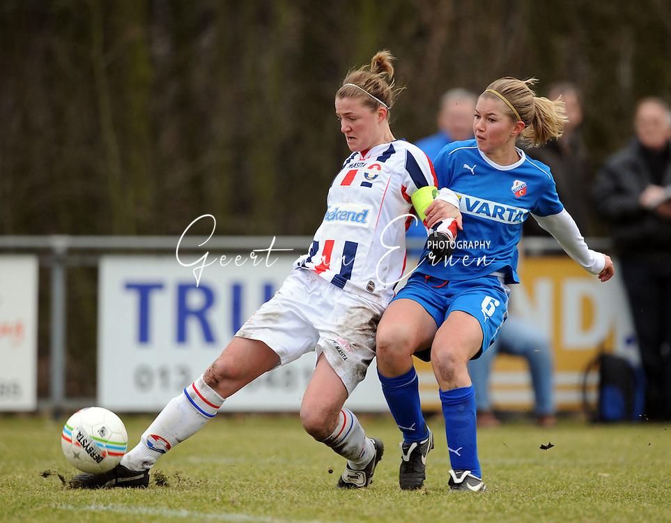 15-02-2009 Voetbal:Willem II:FC Utrecht:Tilburg<br /> Kirsten van de Ven lobt de bal over doelman Angela Christ heen met Anouk Hoogendijk in haar rug<br /> Foto: Geert van Erven