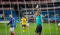 Fotball<br /> Tippeligaen <br /> Vålerenga VIF - Start<br /> Ullevål Stadion 25.09.15<br /> Jonatan Tollås Nation får Kjetil Wæhler i Svein Oddvar Moen annulerer vif - mål for offside<br /> Foto: Eirik Førde