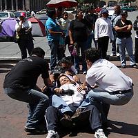 Toluca, México.- Maestros de la Coordinadora de Escuelas Democráticas en el Estado de México (CEDEM), realizaron una manifestación frente a palacio de gobierno estatal y bloquearon por algunos minutos la Av. Lerdo debido a una suspención de claves magisteriales por un conflicto con su grupo opositor, el cual se encuentra en huelga de hambre en la Plaza de los Mártires desde el pasado 8 de junio. Agencia MVT / Arturo Rosales Chávez. (DIGITAL)