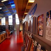 NLD/Huizen/20051008 - Bibliotheek Huizen, boeken, rij