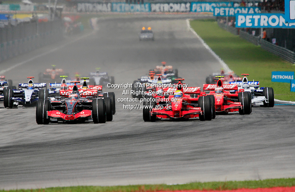 SEPANG, MALAYSIA - April 07, 2007: Felipe MASSA vs Ferndano ALONSO, Start of the race - Formel 1 Start  Petronas Malaysian Grand Prix at Sepang International Circuit in Sepang. (Photo credit: ATP / HAZRIN YEOB MEN SHAH)<br /> Formel 1 in Malaysia, Sepang near Kuala Lumpur Race - Rennen - Course -