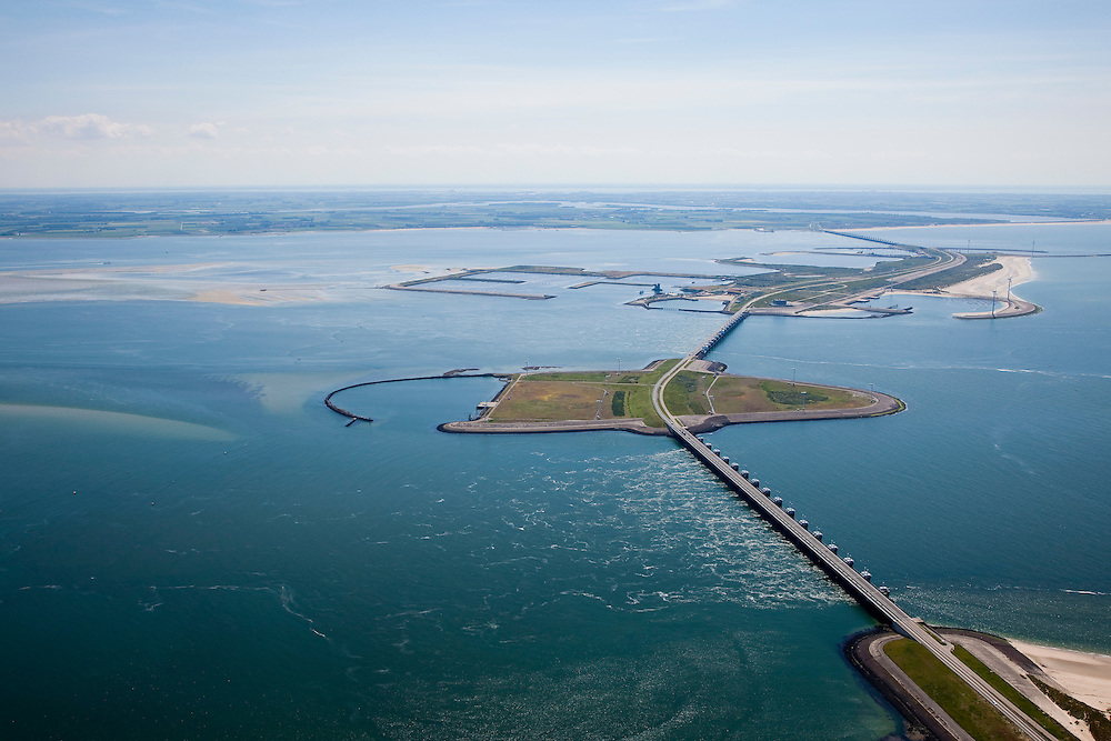 Nederland, Zeeland, Oosterschelde, 12-06-2009; Stormvloedkering tussen Schouwen en Noord-Beveland, met van onder naar boven: sluitgat Hammen, werkeiland Roggenplaat, sluitgat Schaar, werkeiland Neeltje Jans en sluitgat Roompot. Links van de kering de Oosterschelde, rechts de Noordzee, Walcheren aan de verre horizon..Storm surge barrier in Oosterschelde (East Scheldt), between Islands of Schouwen-Duiveland and Noord-Beveland; North Sea on the right side of the barrier. Under normal circumstances the barrier is open to allow for the tide to enter and exit. In case of high tides in combination with storm, the slides are closed.Swart collectie, luchtfoto (toeslag); Swart Collection, aerial photo (additional fee required).foto Siebe Swart / photo Siebe Swart