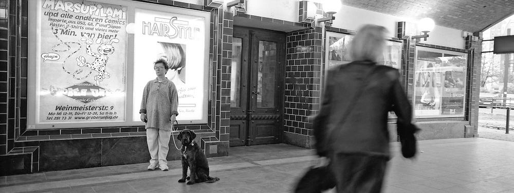 Mulher e cachorro na estacao Hackescher Markt. / Women anda dog in Station  Hackescher Markt..Foto © Adri Felden/Argosfoto