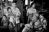 Roma 1999.Famiglia rom bosniaca, al campo rom Casilino 700.Rome 1999.Bosnian Roma families, in Rom's camp Casilino 700