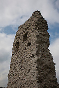 Les ruines du château de l'Iled'Ogoz dans le lac de Gruyère furent rénové en 2010 avec installation de passerelles pour visiteurs. Die Ruinen des Schlosses der Insel Ogoz im Greyerzersee wurden 2010 renoviert und mit einer Passage für Besucher gesichert.
