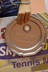 17-12-2006 TENNIS: SKY RADIO TENNIS MASTER: ROTTERDAM<br /> Elise Tamaela met de schaal<br /> ©2006-WWW.FOTOHOOGENDOORN.NL
