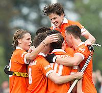 BLOEMENDAAL - Russell Ford heeft voor Bloemendaal gescoord tijdens de wedstrijd tussen de mannen van Bloemendaal en Oranje-Zwart (1-2).  Boven Wouter Jolie. Copyright Koen Suyk