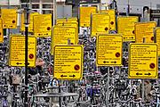 Nederland, Amsterdam, 9-4-2018<br /> Fietsenstalling bij het Leidseplein, kleine-gartmanplantsoen. De gemeente heeft vanwege werkzaamheden aan het plein overdreven veel borden, waarschuwingsborden geplaatst om aan te geven dat de fietsen weggehaald worden als ze niet op dit terrein staan . De bedoeling is om overlast van geparkeerde fietsen tegen te gaan. <br /> Foto: Flip Franssen