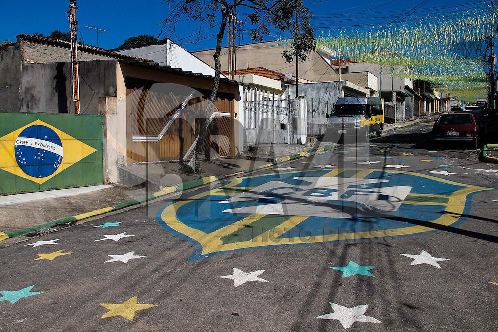 SAO PAULO, SP, 03.06.2014 - PINTURA NA RUA / COPA DO MUNDO  Moradores da Rua Manuel Onha na Mooca  regiao leste da cidade de Sao Paulo, pintaram a rua para celebrar a chegada da Copa do Mundo.(Foto Ale Vianna/Brazil Photo Press).