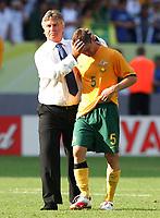 v.l. Trainer Guus Hiddink, Jason Culina Australien<br /> Fussball WM 2006 Achtelfinale Italien - Australien<br /> Italia - Australia<br /> Norway only