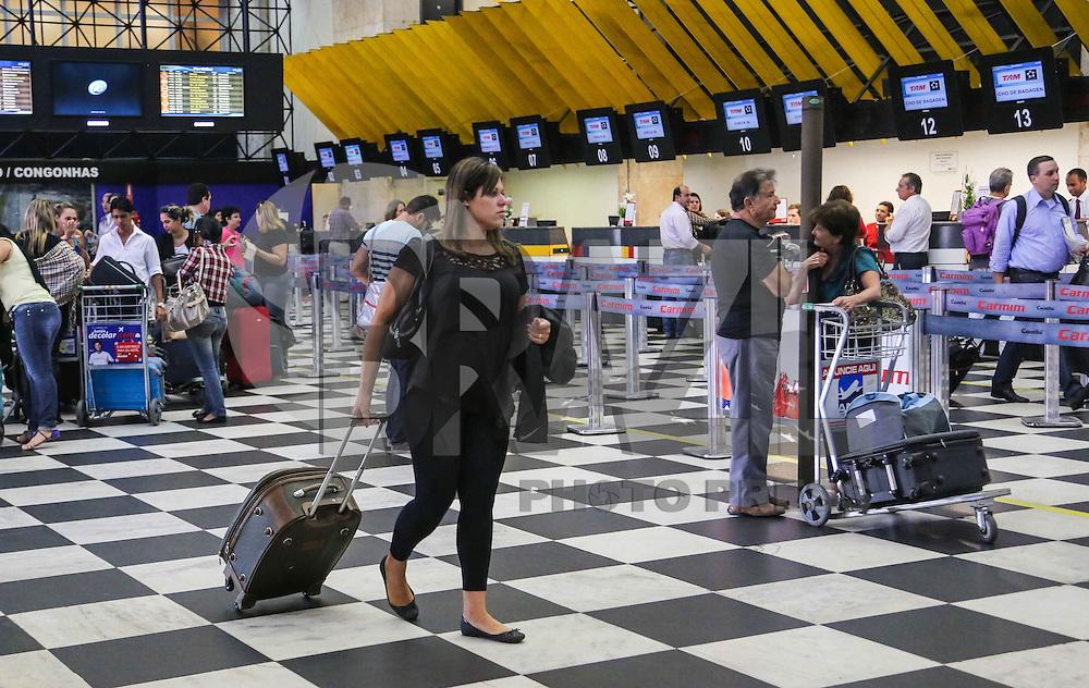 SAO PAULO, SP, 15 DE ABRIL 2013 - MOVIMENTACAO AEROPORTO DE CONGONHAS - Movimentacao no Aeroporto de Congonhas na regiao sul da cidade de Sao Paulo na manha desta segunda-feira. 15. FOTO: VANESSA CARVALHO - BRAZIL PHOTO PRESS.