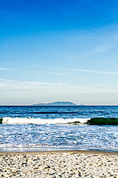 Ilha do Arvoredo vista da Praia de Caravelas. Governador Celso Ramos, Santa Catarina, Brasil. / <br /> Arvoredo Island viewed from Caravelas Beach. Governador Celso Ramos, Santa Catarina, Brazil.
