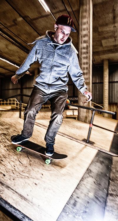 nederland, enschede - 16nov2013 Skater Mike Kerkum op de door hem/hen aangelegde skatebaan in het voormalige polaroidfabriekspand in enschede