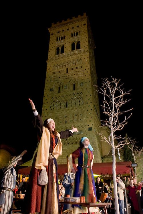 """Teruel. Representación de """"Las Bodas de Isabel de Segura"""", en San Valentín, conmemorando la leyenda del Siglo XIII de """"Los amantes de Teruel"""" (Isabel de Segura y Juan Martínez de Marcilla). Al fondo la Torre de San Martín."""