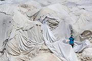 For eierne av Belvedere Hotel ved Rhone-isbreen har turisme på breen vært den store inntektskilden. I de siste årene har mye endret seg. Breen er i ferd med å forsvinne, og turister flokker dit for å få med seg de siste krampetrekningene. Hvert år dekker eierne over flere hundre kvadratmeter av isbreen med laken i et forsøk på å bremse den uungåelige smeltingen.