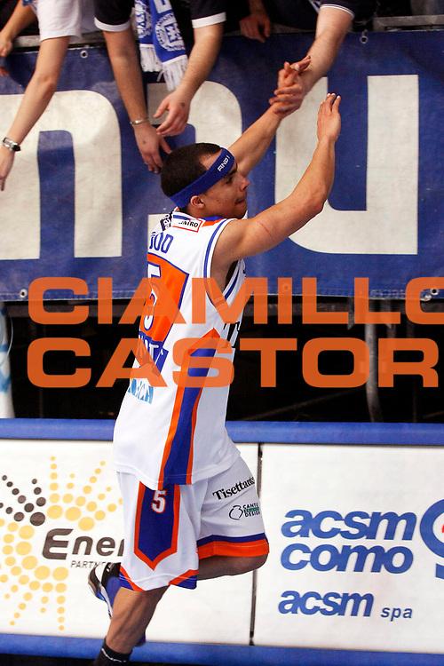 DESCRIZIONE : Cantu Lega A1 2007-08 Tisettanta Cantu Scavolini Spar Pesaro<br /> GIOCATORE : DaShaun Wood Tifosi<br /> SQUADRA : Tisettanta Cantu<br /> EVENTO : Campionato Lega A1 2007-2008<br /> GARA : Tisettanta Cantu Scavolini Spar Pesaro<br /> DATA : 02/03/2008<br /> CATEGORIA : Esultanza<br /> SPORT : Pallacanestro<br /> AUTORE : Agenzia Ciamillo-Castoria/G.Cottini