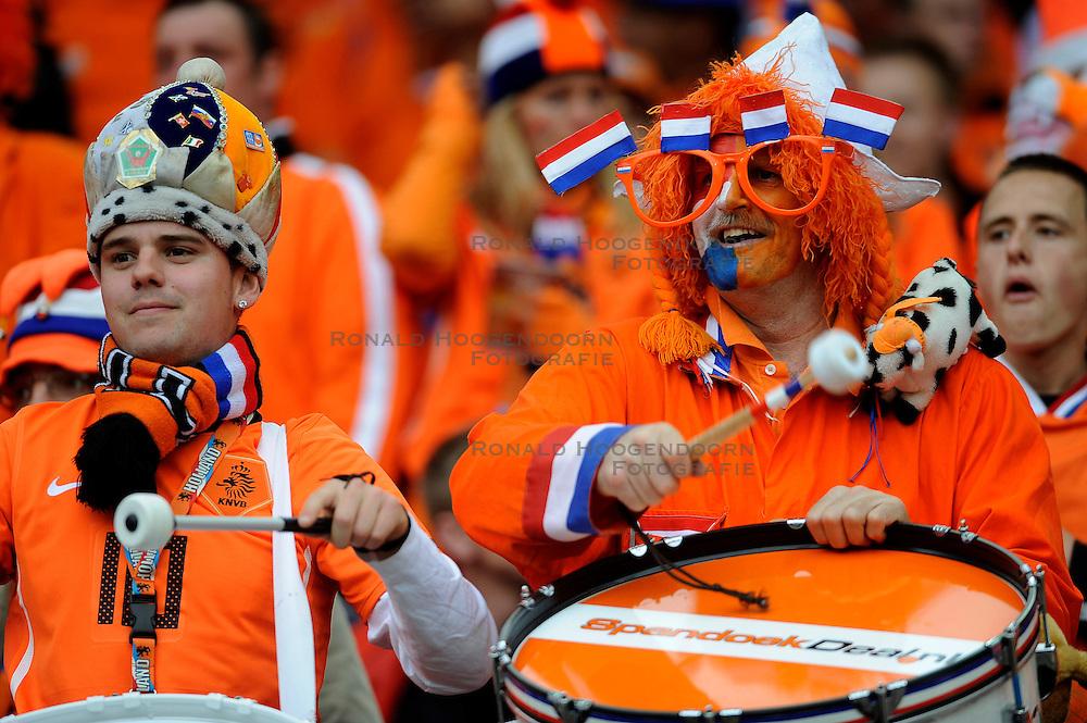 01-06-2010 VOETBAL: NEDERLAND - GHANA: ROTTERDAM<br /> Nederland wint vrij eenvoudig de oefenwedstrijd van Ghana / Oranje supporters fans publiek <br /> &copy;2010-WWW.FOTOHOOGENDOORN.NL