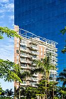 Reflexo de edifício na Cidade Pedra Branca. Palhoça, Santa Catarina, Brasil. / Reflex of a building at Cidade Pedra Branca. Palhoca, Santa Catarina, Brazil.