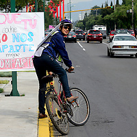 Metepec, México.- Integrantes de la Fundación Tláloc realizaron una rodada denominada 12 horas de Movilidad, en la avenida Pino Suárez, para demandar Calles Completas, con el fin de recuperar la movilidad urbana y mejorar la calidad de la vida de la población. Agencia MVT / Crisanta Espinosa