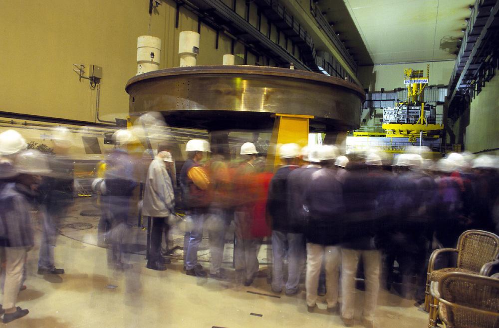 &copy;  christian  JUNGEBLODT.<br />Investitionsruine  AKW Schneller Br&uuml;ter Kalkar am Niederrhein (das Atomkraftwerk ging nie ans Netz)<br />&quot; Kernwasser Wunderland &quot; Hotel , Freizeitpark ( in Bau )<br />Gastronomie und Erlebnisrundgaenge .<br />NUCLEAR PLANT that never started working and today<br />is becoming  an amusement park...<br />Hier : F&uuml;hrung in dem Reaktor...