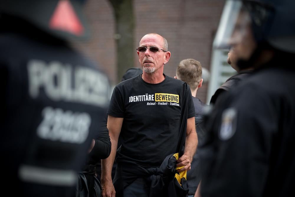 """An einer Demonstration der rechtsextremen """"Identitären Bewegung"""" in Berlin beteiligten sich rund 800 Personen. Nachdem der Aufzug nach wenigen hundert Metern durch Blockaden gestoppt wurde, standen die Teilnehmer mehr zwei Stunden am selben Fleck. Die Veranstalter lösten die Demonstration daraufhin auf. Im Zuge dessen kam es zu tumultartigen Szenen und einem Durchbruchsversuch der """"Identitären"""", den Polizeikräfte durch den Einsatz von Schlagstöcken und Pfefferspray stoppten. Die ehemaligen Versammlungsteilnehmer wurden anschließend von der Polizei zum S-Bahnhof Gesundbrunnen geleitet."""