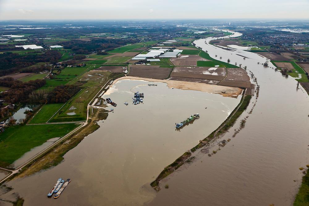 Nederland, Limburg, Gemeente Venlo, 15-11-2010; Lomm (voormalige gemeente Arcen en Velden). Zandzuiger aan het werk aan de hoogwatergeul  De geul zal in de komende jaren verder uitgegraven worden in het kader van bescherming tegen hoogwater. Door de geul ontstaan lagere waterstanden zowel ter plaatse als ook stroomopwaarts (foto in zuidelijke richting, stroomopwaarts). In het gebied ontstaat verder nieuwe 'natte' natuur.  Lomm, flood channel in the making in the context of flood protection. The channel will be further excavated in the coming years, resulting in lower water levels (on site and upstream). The area will become new 'wet' nature. .luchtfoto (toeslag), aerial photo (additional fee required).foto/photo Siebe Swart