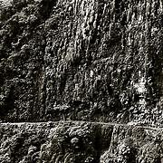 El paisaje por donde discurre la parte m&middot;s baja de la  carretera de los Yungas es de lo m&middot;s fascinante,con acantilados y saltos de agua acompa&Ograve;ados de una vegetaci&Ucirc;n   muy densa.Bolivia.<br />  Foto : JORDI CAMl