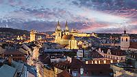 Die Prager Burg mit Veitsdom und die Teynkirche sind die Wahrzeichen von Prag.