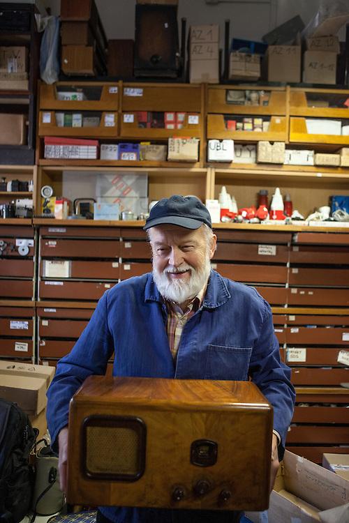 Der Eigentümer des Old Radio - Hobby Elektro Laden in der Vysheradska.