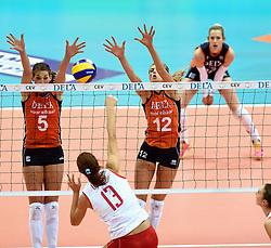03-10-2015 NED: Volleyball European Championship Semi Final Nederland - Turkije, Rotterdam<br /> Nederland verslaat Turkije in de halve finale met ruime cijfers 3-0 / Robin de Kruijf #5, Manon Nummerdor-Flier #12