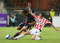 Fotball<br /> Frankrike / Irland<br /> Foto: Dppi/Digitalsport<br /> NORWAY ONLY<br /> <br /> FOOTBALL - UEFA CUP 2006/2007 - 1ST ROUND - 2ND LEG - PARIS SAINT GERMAIN v DERRY CITY FC - 28/09/2006<br /> <br /> EDOUARD CISSE (PSG) / CIARAN MARTYN (DER)