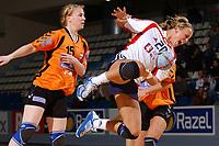 Håndball<br /> Foto: Dppi/Digitalsport<br /> NORWAY ONLY<br /> <br /> PARIS ILE DE FRANCE TOURNAMENT 2004<br /> PARIS (FRA) <br /> <br /> NORGE v NEDERLAND<br /> <br /> ISABEL BLANCO (NOR) - WILLEMIJN KARSTEN (NED)
