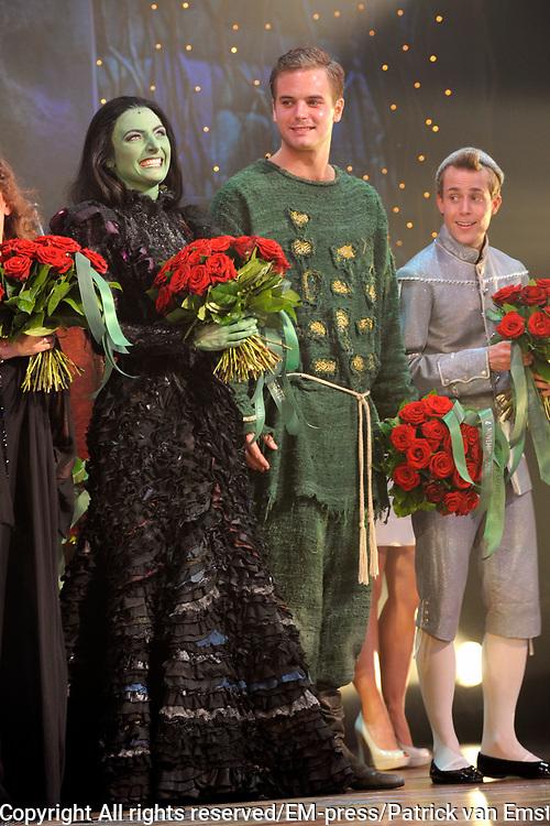 Premiere musical Wicked in het Circus Theater, Scheveningen.<br /> <br /> Op de foto:   slotapplaus met  Willemijn Verkaik, en Jim Bakkum