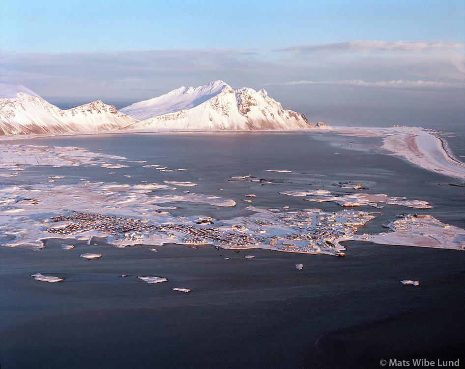 Höfn í Hornafirði - séð til austurs: Skarðsfjörður..Hofn in Hornafjordur, viewing east over Skardsfjordur