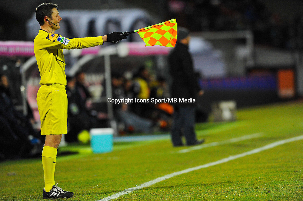 Illustration hors jeu / ARBITRE DE TOUCHE  - 04.03.2015 - Evian Thonon / Lorient - Match en retard de la 26eme journee de Ligue 1 <br />