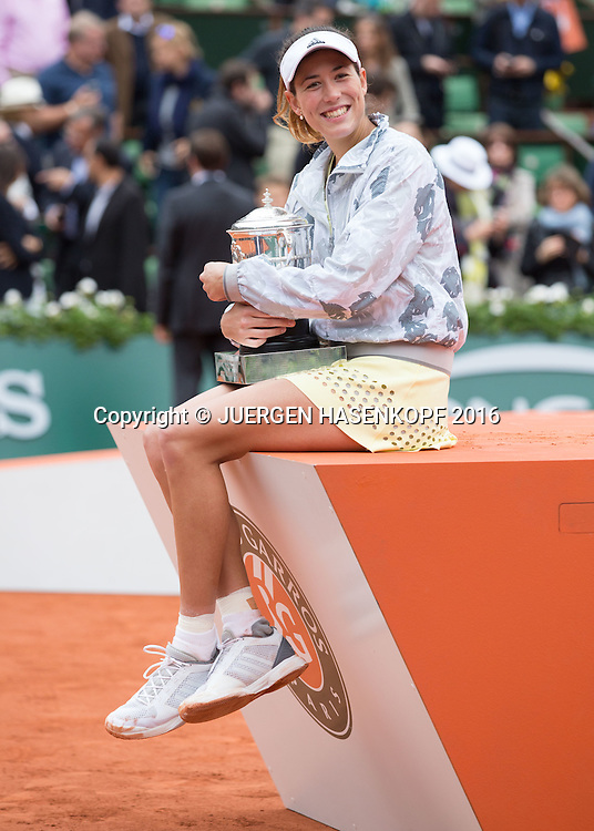Siegerin Garbine Muguruza (ESP)  mit Pokal,Siegerehrung,Praesentation,Damen Finale,<br /> <br /> Tennis - French Open 2016 - Grand Slam ITF / ATP / WTA -  Roland Garros - Paris -  - France  - 4 June 2016.
