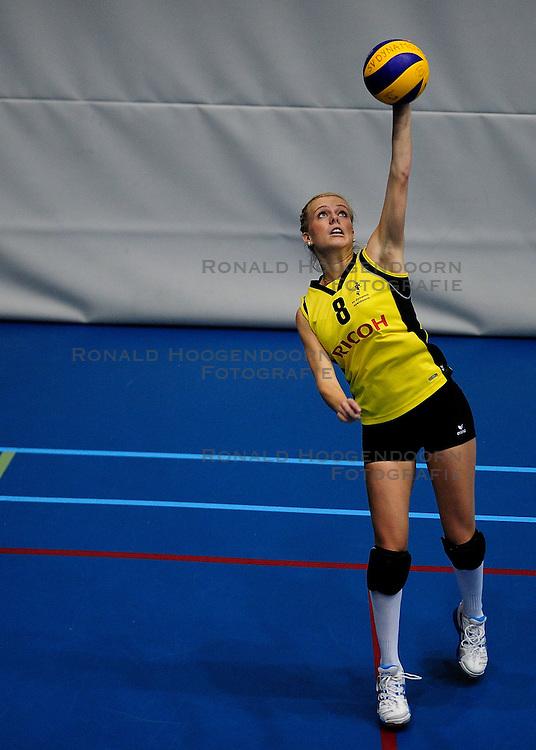 27-10-2012 VOLLEYBAL: SV DYNAMO - PRISMAWORX STRAVOC: APELDOORN<br /> Eerste divisie B vrouwen / Celine Berends<br /> &copy;2012-FotoHoogendoorn.nl