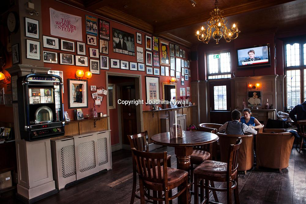 London 2011 <br /> Pubben  The half-moon d&auml;r bl a Rolling stones the beatles och U2 spelat<br /> &ouml;l Sprit pubkultur<br /> <br /> FOTO : JOACHIM NYWALL KOD 0708840825_1<br /> COPYRIGHT JOACHIM NYWALL<br /> <br /> ***BETALBILD***<br /> Redovisas till <br /> NYWALL MEDIA AB<br /> Strandgatan 30<br /> 461 31 Trollh&auml;ttan<br /> Prislista enl BLF , om inget annat avtalas.
