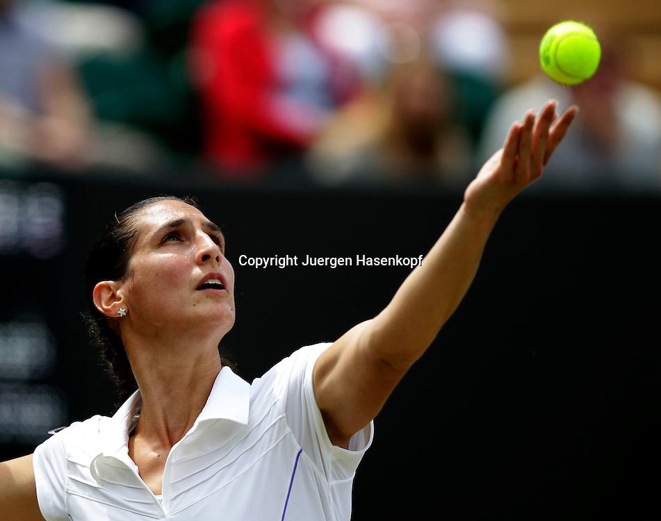 Wimbledon Championships 2011, AELTC,London,.ITF Grand Slam Tennis Tournament .Virginie Razzano (FRA),Einzelbild,Aktion,Halbkoerper,Querformat,