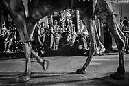 Onlookers watch as a parade celebrating the Gangaur festival goes by. Jodhpur, Rajhastan, India. Transeúntes observan mientras un desfile en celebración del festival de Gargaun pasa por las calles. Jodhpur, Rajastán, India.