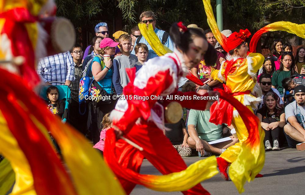 2月21日,由中國人民對外友好協會組織的&ldquo;彩虹橋工程&mdash;陝北風情少年藝術團&rdquo; 參加了美國洛杉磯迪士尼樂園的&ldquo;中國春節樂園特別巡遊&rdquo;活動。藝術團&rdquo;由陝西省洛川縣和安塞縣的20名9歲至11歲的秧歌、腰鼓小隊員以及延川縣布堆畫農民藝術家組成。圖為觀眾欣賞小舞蹈家表演。(新華社發 趙漢榮攝)<br /> People watch as young dancers of &quot;Rainbow Bridge Project - Northern Shaanxa Flavor Teenager Art Troupe&quot; perform Yangge dance and waist drum at Disneyland Park during the Lunar New Year celebration on Saturday February 21, 2015 in Anaheim, California. (Xinhua/Zhao Hanrong)(Photo by Ringo Chiu/PHOTOFORMULA.com)