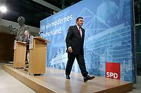 28 APR 2003, BERLIN/GERMANY:<br /> Gerhard Schroeder, SPD, Bundeskanzler, auf dem Weg nach einer Pressekonferenz, nach der Sitzung von Parteivorstand und geschaeftsfuehrendem Fraktionsvorstand, Willy-Brandt-Haus<br /> IMAGE: 20030428-02-030<br /> KEYWORDS: Mikofon, microphone, Kamera, Camera, Journalisten